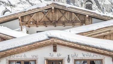 Architektur und Berge im winterlichen Südtirolurlaub