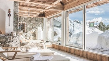 Dolomiten-Kino beim Entspannen im Ruheraum im Hotel in Gröden