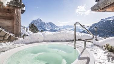 Outdoor jacuzzi spa hotel Val Gardena