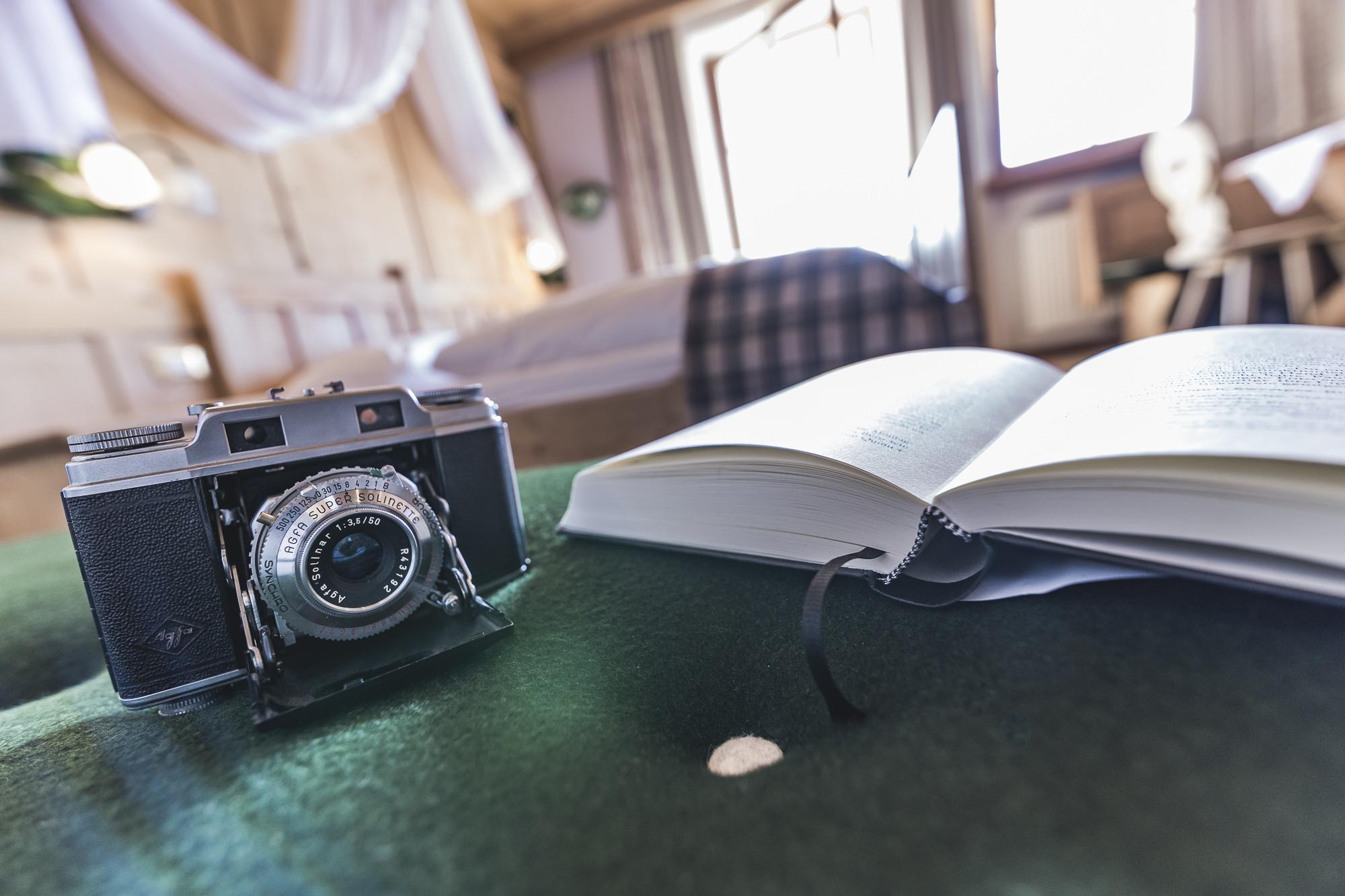 Retro-Kamera und Buch